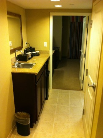 Embassy Suites by Hilton Fort Myers - Estero: Kitchenette