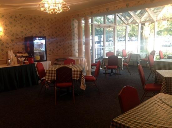 Cooper Hotel Conference Center & Spa: collonade breakfast room