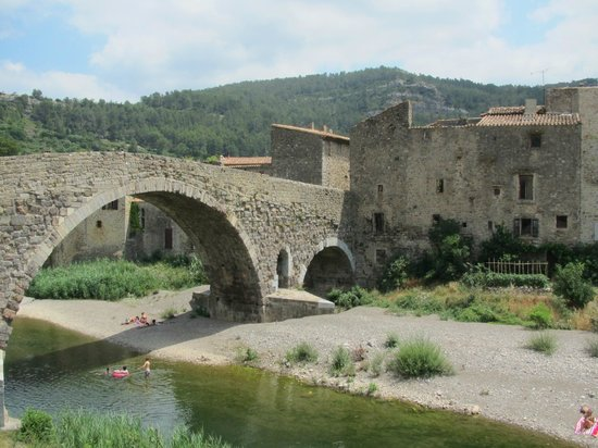 Hostellerie des Corbieres : Bridge/river at Lagrasse