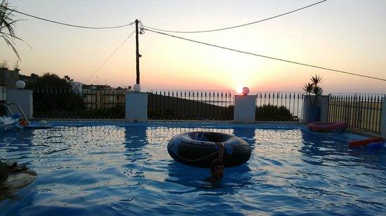 Esplanade Hotel Apartments: la piscina del terrazzo al tramonto