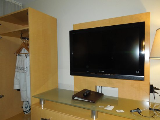 Carvi Hotel New York : Wardrobe and flat-screen tv