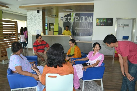 Formule1 Greater Noida Hotel: Reception and Lobby area.