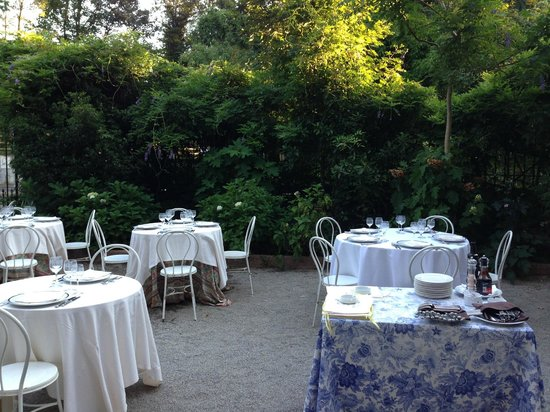 Madonnina Albergo Ristorante : Such a welcoming and tasty garden!