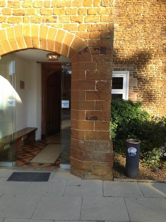 Heacham Manor Hotel: Overflowing bin next to entrance