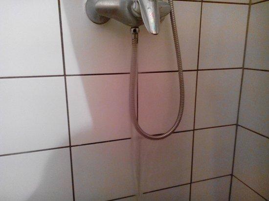 The Moon Hotel: Fuga de agua de la ducha