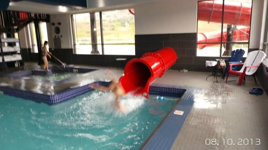 Fairfield Inn & Suites Vernon: Indoor pool with slide