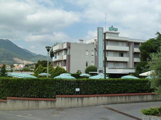 Residence Niro: La Résidence côté piscine