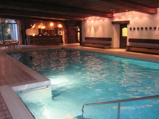 Wyndham Grand Bad Reichenhall Axelmannstein: piscine intérieure donnant sur le parc