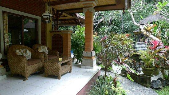 Gustis Garden Bungalows: room veranda