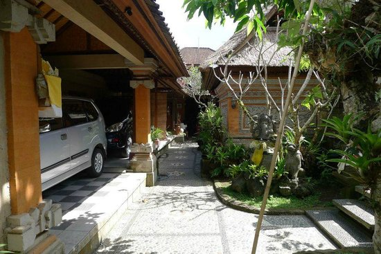 Gustis Garden Bungalows: parking in hotel