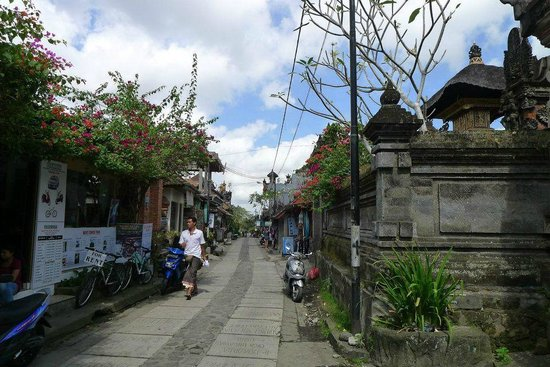 Gustis Garden Bungalows: street to the hotel,2 min walk from Ubud Palace