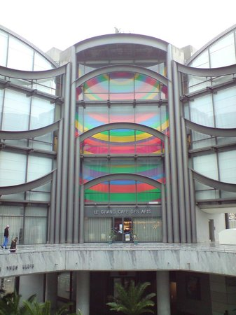 Musée d'Art Moderne et d'Art Contemporain : View up to the museum from the street level underneath