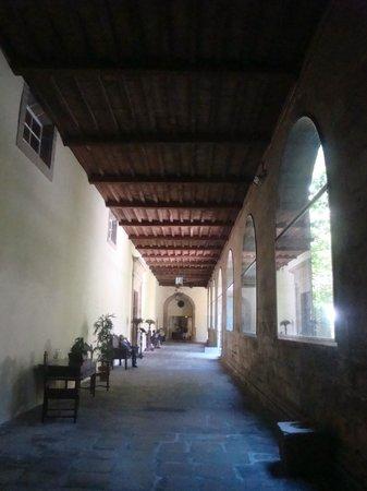Hospederia San Martin Pinario: entrada hacia recepcion por el claustro
