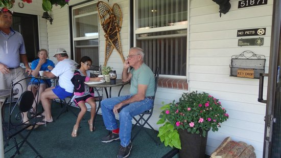 Hanging Lake Inn: extra seating for breakfast on front porch