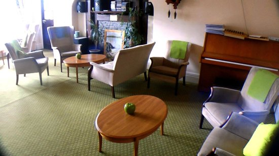 Lauriston Hotel: Another lounge with piano