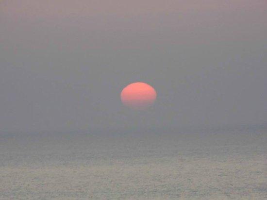 Natural Retreats Fistral Beach: Sun goes down on the beach