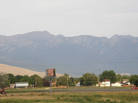 Always Welcome Inn : View of the Blue Mts from the motel