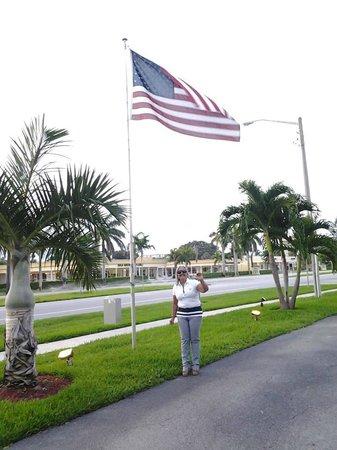Boca Raton Plaza Hotel and Suites: Em frente ao hotel