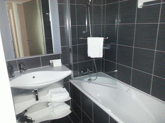 Adagio Caen Centre: salle de bain