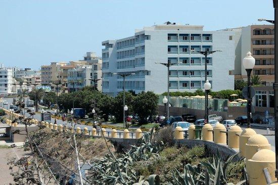 Hotel Rhodos Horizon Resort: вид на отель с дороги