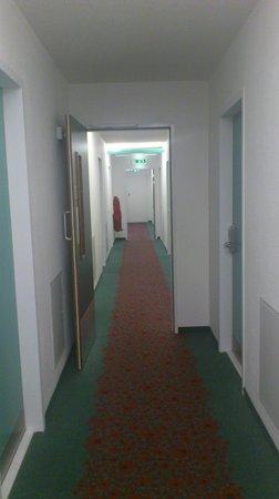 Ibis Sheffield City: Dated Decor In hallways
