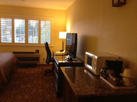 Governors Inn Hotel: King suite