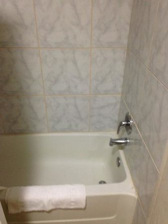 Howard Johnson Express Inn Monterey Seaside : tub was relatively clean