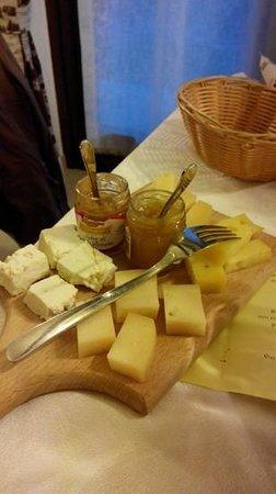 Agriturismo La Reina Valle d'Aosta: tagliere di formaggi