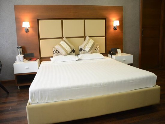 Hotel Platinum Residency: King Size Bed