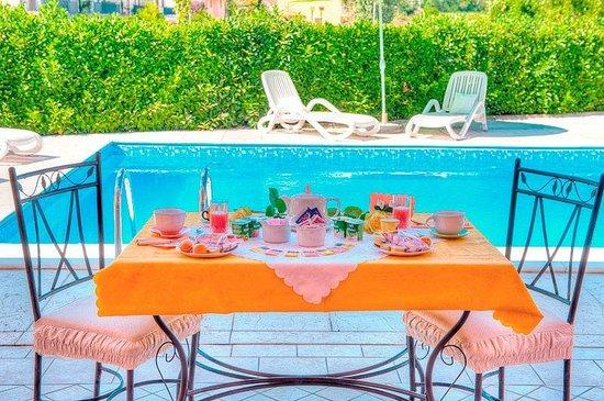 Bed and Breakfast Villa Gloriana: La colazione servita a bordo piscina