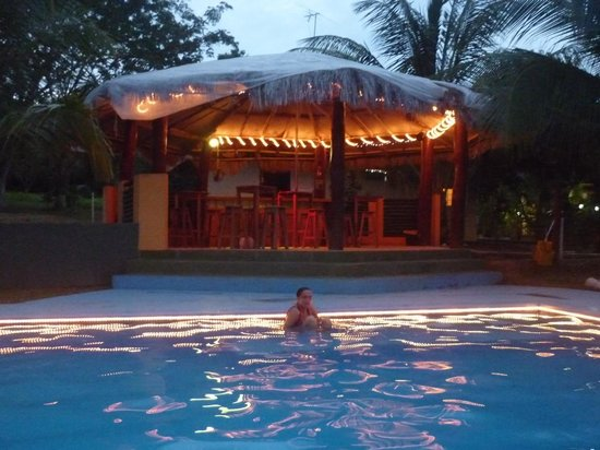 Paradise Inn: Pool and outdoor bar at the evening