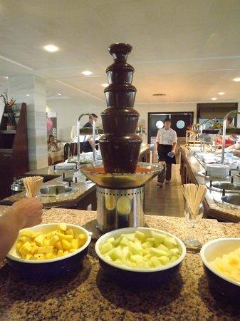 Hotel JS Sol de Alcudia: Schokobrunnen beim Buffet (Auswahl des Live-Buffets variiert)