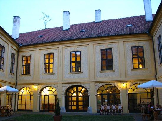 Chateau Hostacov: Внутренний двор отеля вечером