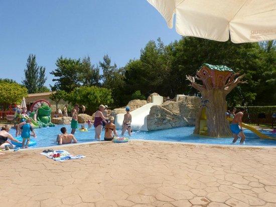 Protur Safari Park Aparthotel: Piscine pour enfants près de l'aire de jeux