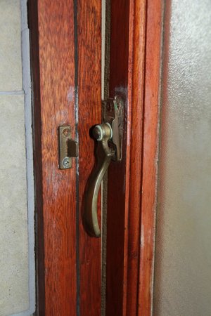 Sante Hotel & Spa: Window - latch broken - unable to close