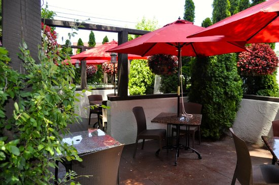 Brewster S Italian Cafe Outdoor Patio Features Umbrellas And Heaters