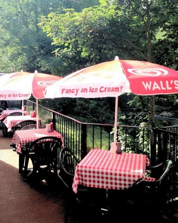 Hen Siop Pont-Y-Pair : Outside seating area overlooking the Pont-y-pair falls!