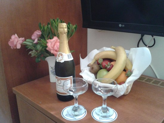 Hotel Rethymnon Mare: Our Lovely Champagne and Fruit Gift