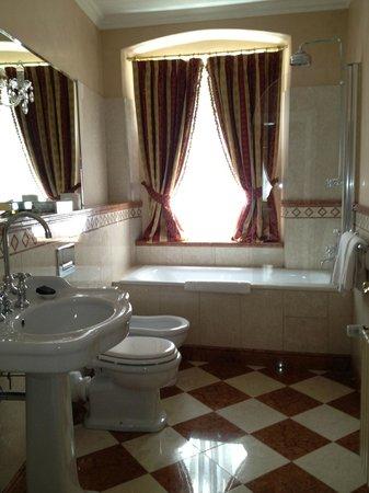 Alchymist Nosticova Palace: Spacious bathroom