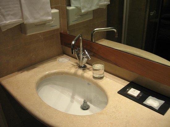 Tritone Hotel: 洗面台