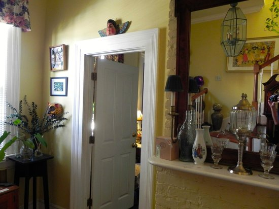 Chez Palmiers Bed and Breakfast: entryway to Grand Suite