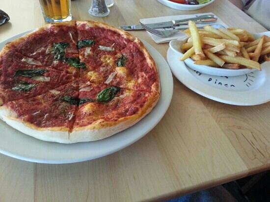 Salts Diner: marinara pizza and side of chips