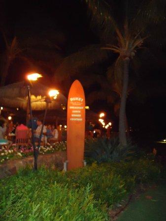 Duke's Beach House : Dukes at night