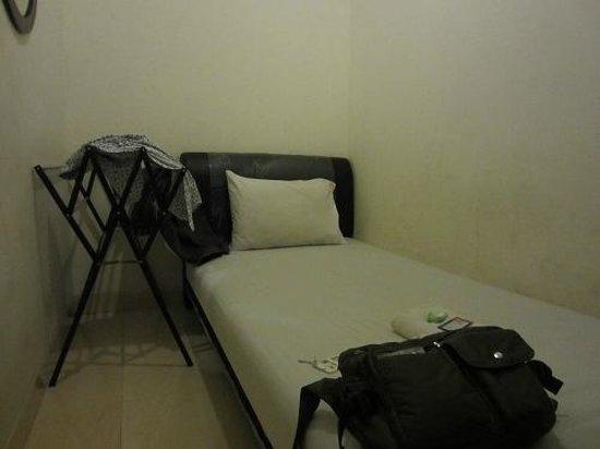 Ndalem Suratin Guesthouse : 一番安い部屋。狭いのですが寝るだけなら十分。