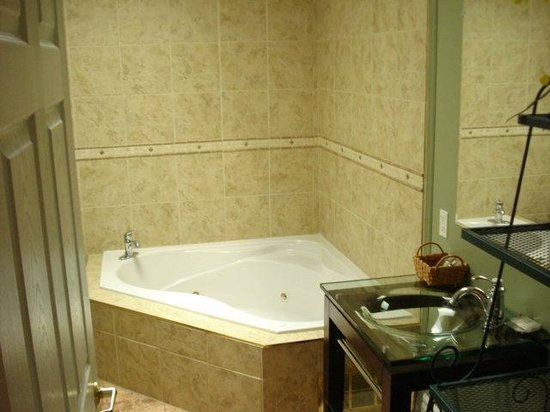 Grey Rose Suites: Three of the suites have Jacuzzis