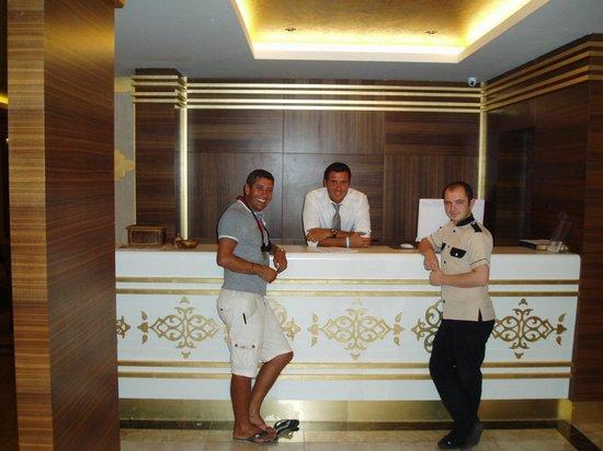 Hotel Emre: Reception, Bell boy and Brad Pitt Superstar