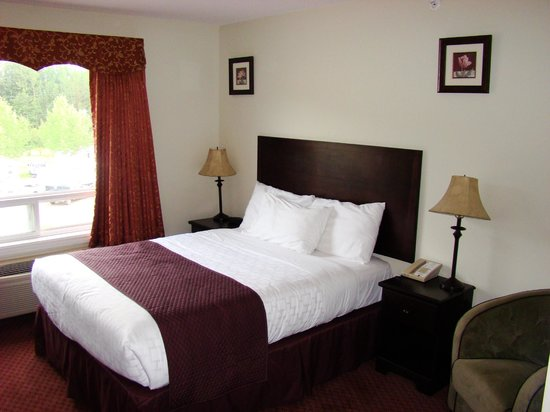 Days Inn Chetwynd : Nice shot of room. I had sat on bed before taking photo, don't mind the wrinkles.