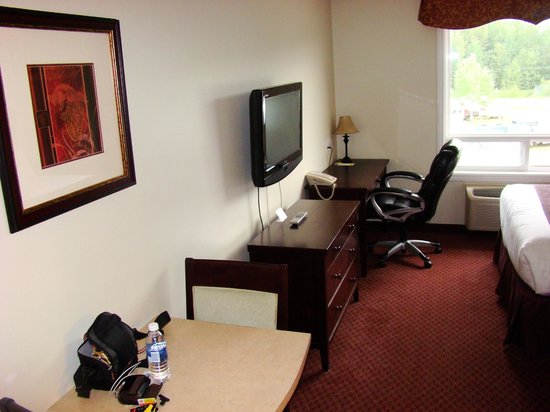 Days Inn Chetwynd: Desk and other side of room.
