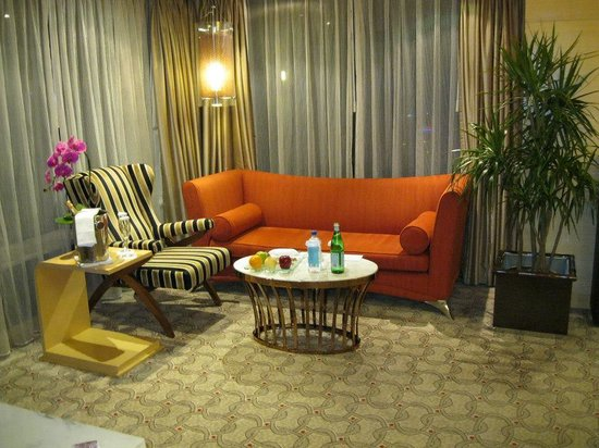 The Westin Bund Center Shanghai: Living room and welcome snacks