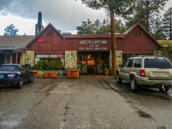 Jacob Lake Inn: The front entrance to the Hotel and Cabins Check-In.